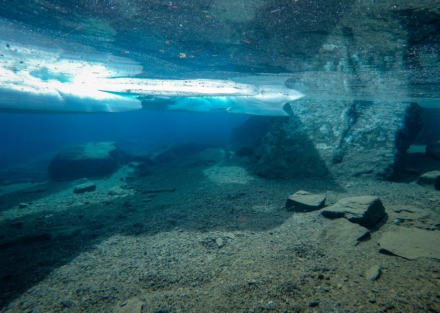Undervattensfotografi av kristallklart glaciärsmältvatten i Trollsjön, Rissajaure.