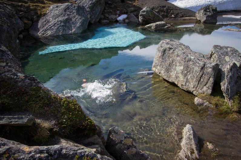 Badar i Trollsjön som är delvis islagd.