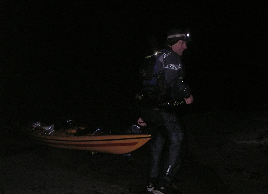 Havskajakpaddlare landstiger i totalt mörker.