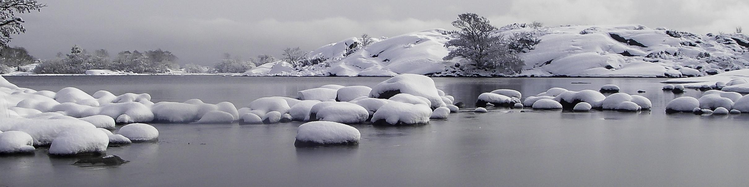 Snöiga stenar och skär i Norrpada skärgård, Stockholm.