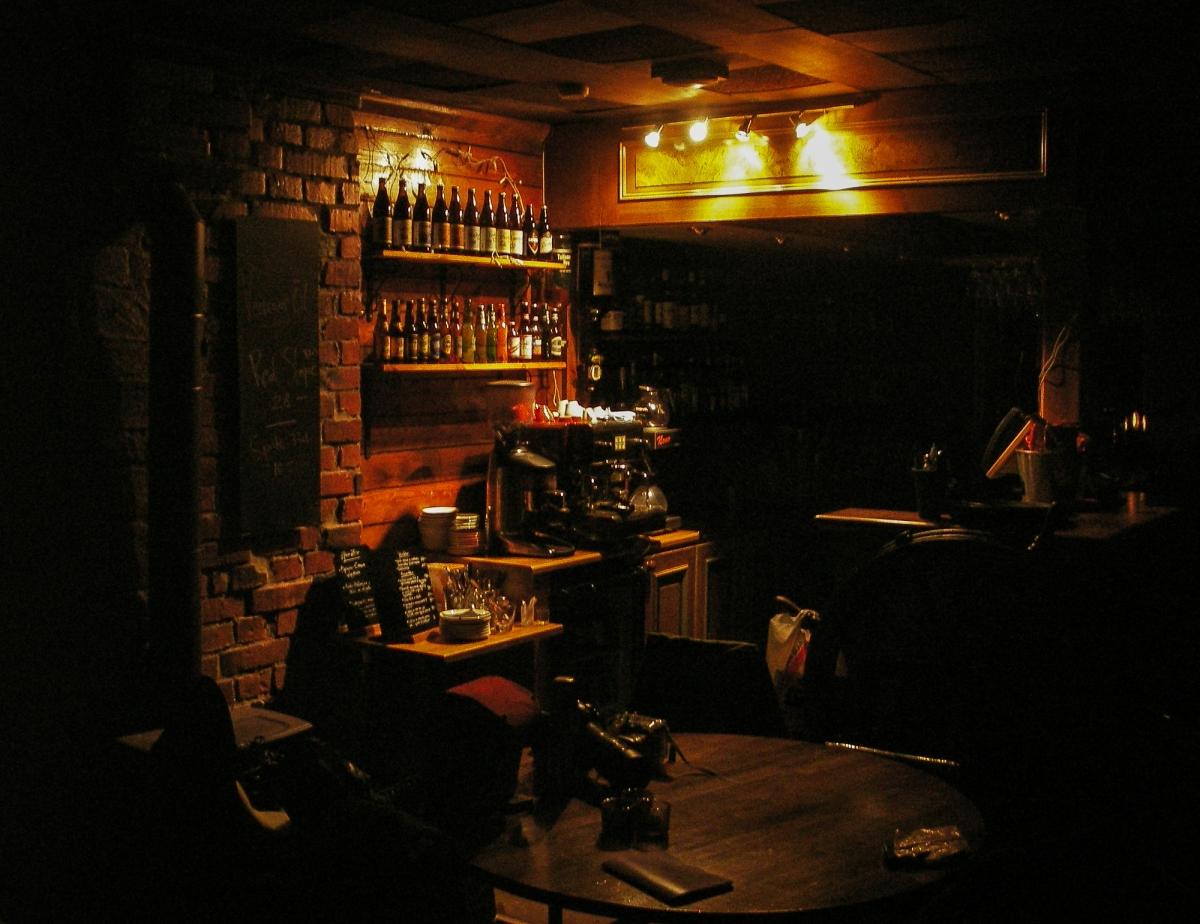 Mysigt inredd pub. Tegel och träpanelväggar.