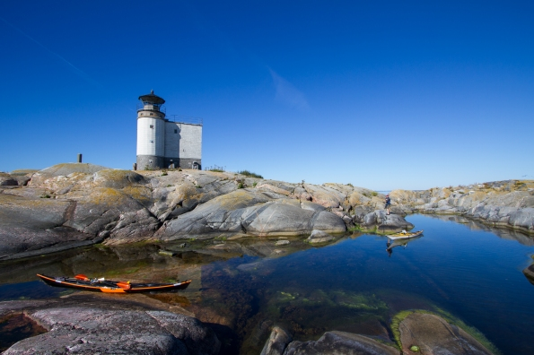 The bay and lighthouse on the north side of Tjärven.