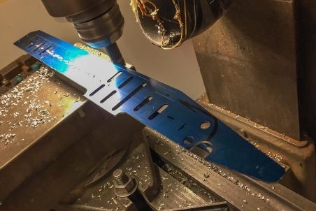 Skyllermarks Blå långfärdsskridskor modifieras i fräsmaskin.