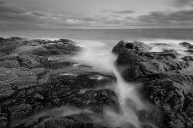 Vågor bryter mot klipporna vid Landsorts södra udde. Öja, Stockholms skärgård.