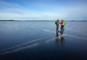 Långfärdsskridskoåkare på Björkfjärden, Mälaren.
