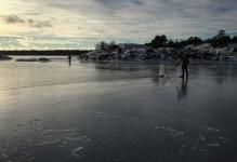 Långfärdsskridskoåkare följer iskanten söder om Nynäshamn.