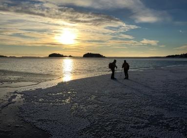 Långfärdsskridskoåkare vid iskanten utanför Torö, Nynäshamn.