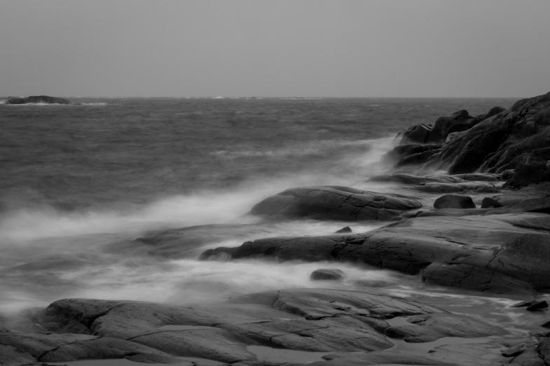 Stormigt hav bryter i vita sjöar mot Brännskärs klippor, Stendörrens naturreservat