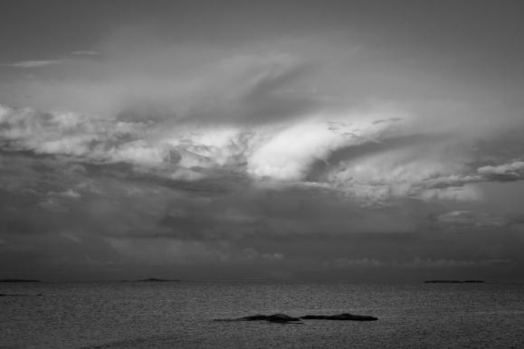 Dramatiska moln på himmeln över Stockholms skärgård.