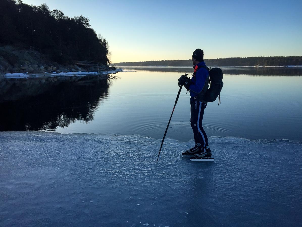 Långfärdsskridskoåkare intill iskant på Stora Värtan