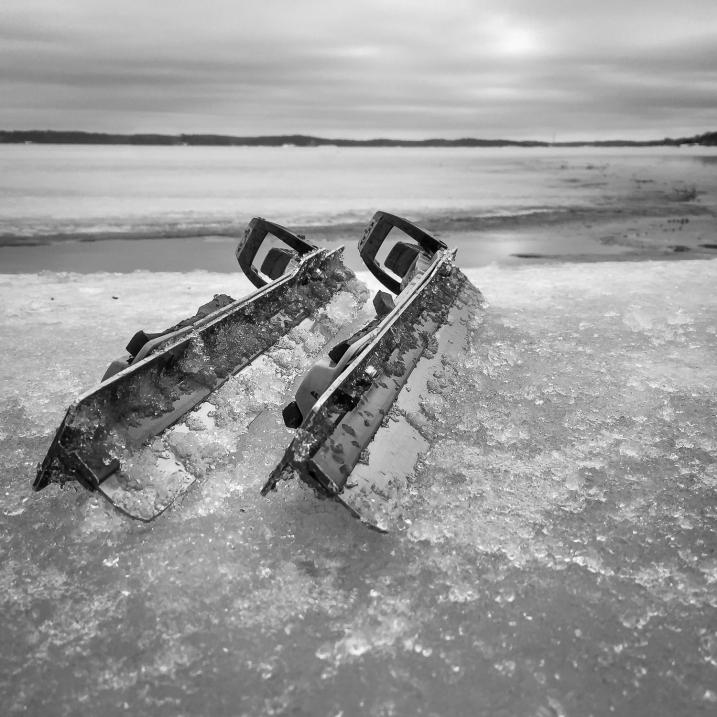 Ett par långfärdsskridskor ligger på isen