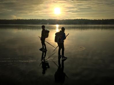 Långfärdsskridskoåkare på blank is i Stockholms skärgård