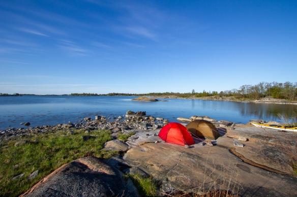 Tält i förmiddagssol på Inre Håkanskär