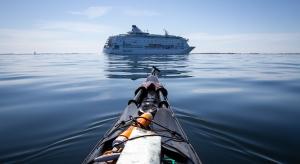 Kajakpaddlare låter kryssningsfartyg gå före, Stockholms skärgård