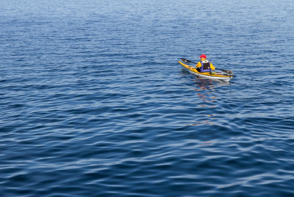 Kajakpaddlare på blått vatten