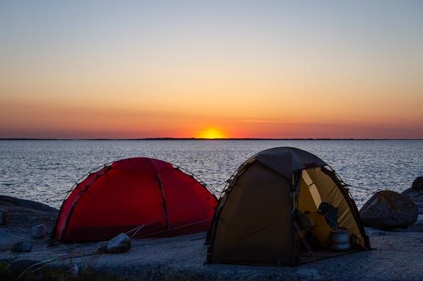 Två tält i solnedgång på Norrpada, Stockholms skärgård