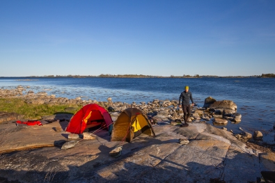 Två tält i kvällssol på Inre Håkanskär, Stockholms skärgård