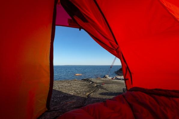 Utsikt över Stockholms skärgård från ett tält i Norrpada skärgård.