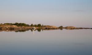 Segelbåt i natthamn på Kallskär i Stockholms skärgård