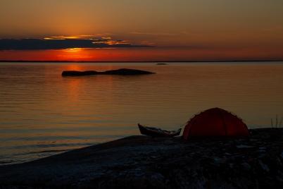 Solnedgång över kajakpaddlare i Stockholms skärgård