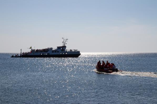 Passagerare förs ut till fartyget MS Gotska Sandön med gummibåt