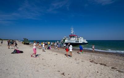 Ett partyg angör sandstranden Las Palmas på Gotska Sandön och släpper av passagerare