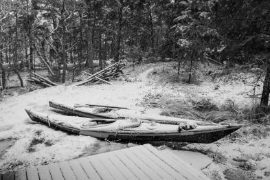 Två översnöade kajak på Kulansuddar, Möja naturreservat, Stockholms skärgård