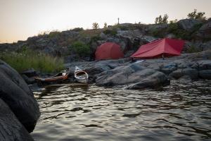 Kajakpaddlare i nattläger bland klipporna på Röder, Stockholms skärgård