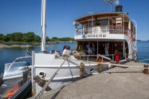 Waxholmsbåten Blidösund ligger vid kaj på Rödlöga