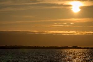 Silhouetter av kobbar och skär i solnedgång över Ängskärs skärgård, Stockholms skärgård