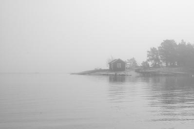Stuga i dimma i Stockholms skärgård