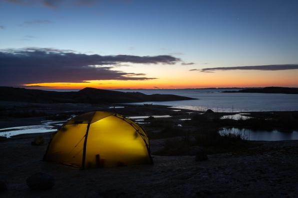Kajakpaddlare i natthamn på Garkast, Sörmlands skärgård