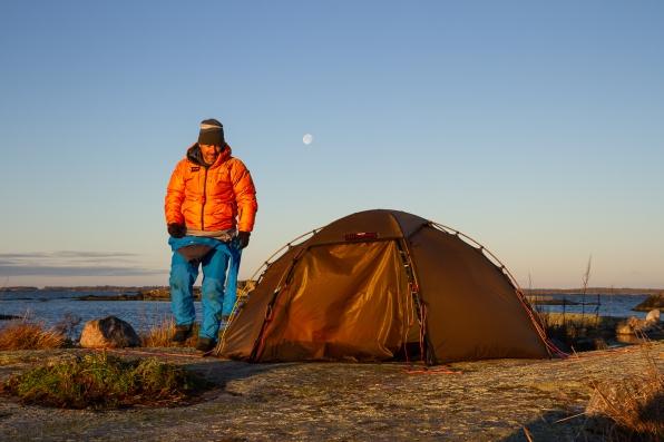 Kajakpaddlare vid sitt tält på Garkast