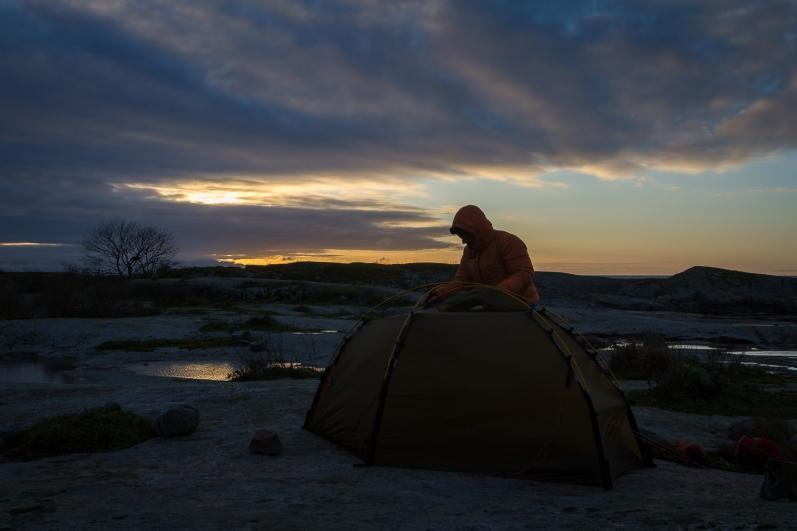 Kajakpaddlare slår upp tält på Garkast