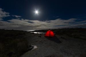 Tält i månsken på Garkast, Sörmlands skärgård