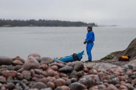 Kajakpaddlare gör kort rast på Ringsö, Sörmlands skärgård