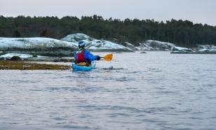 Kajakpaddlare i vintrigt Stendörrens naturreservat, Sörmlands skärgård