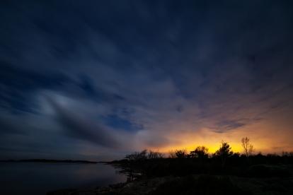 Vackert kvällsljus över vattnet i Stockholm skärgård
