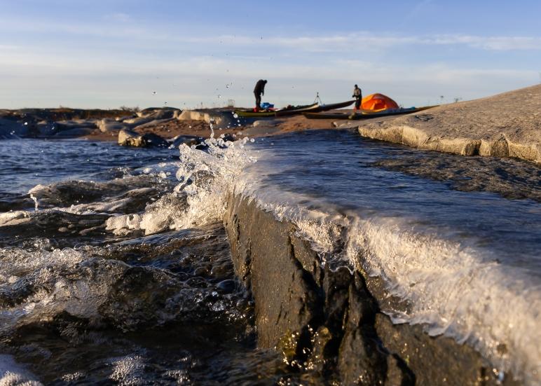 Vågor stöper is på Tärnskärs klippor, Stockholms skärgård