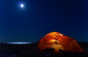 Månljus över kajakpaddlare i tält på Tärnskär, Stockholms skärgård
