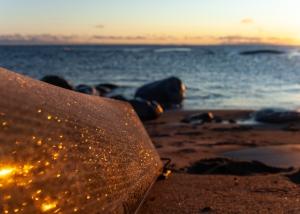 Närbild av glittrande frost på en kajak på stranden på Tärnskär, Stockholms skärgård