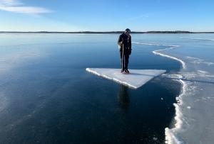 Långfärdsskridskoåkare provåker isflak på Singöfjärden, Stockholms norra skärgård