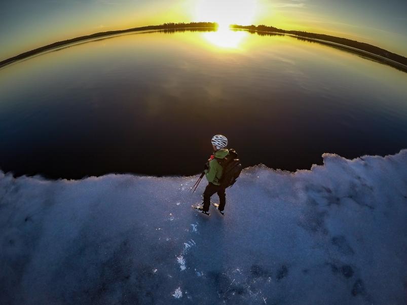 Långfärdsskridskoåkare på iskanten i soluppgången, Stora Värtan