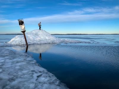 Långfärdsskridskoåkare bestiger packis vid Sparin, Björkfjärden, Mälaren