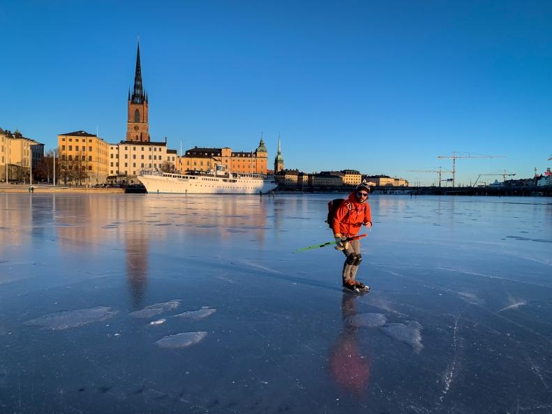 Långfärdsskridskoåkare på Riddarfjärden, Stockholm city