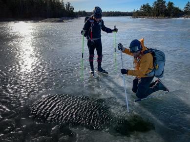 Långfärdsskridskoåkare studerar isen, Gräsö, Stockholms norra skärgård