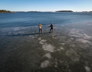 Långfärdsskridskoåkare vid iskanten mot Gällfjärden, Gräsö, Stockholms norra skärgård