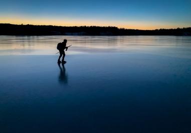 Långfärdsskridskor på sjön Båven, Sörmland