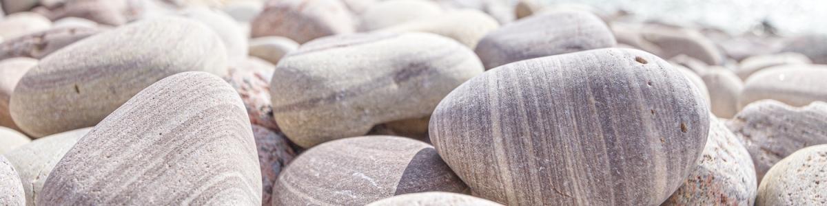 Vackert slipade sandstenar på stranden Stensliperiet, Blå Jungfrun nationalpark