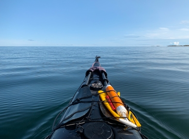 Kajak paddlar mot horisonten